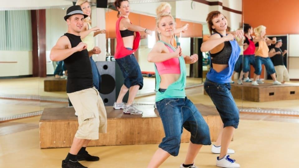 Eine Gruppe Menschen am Tanzen