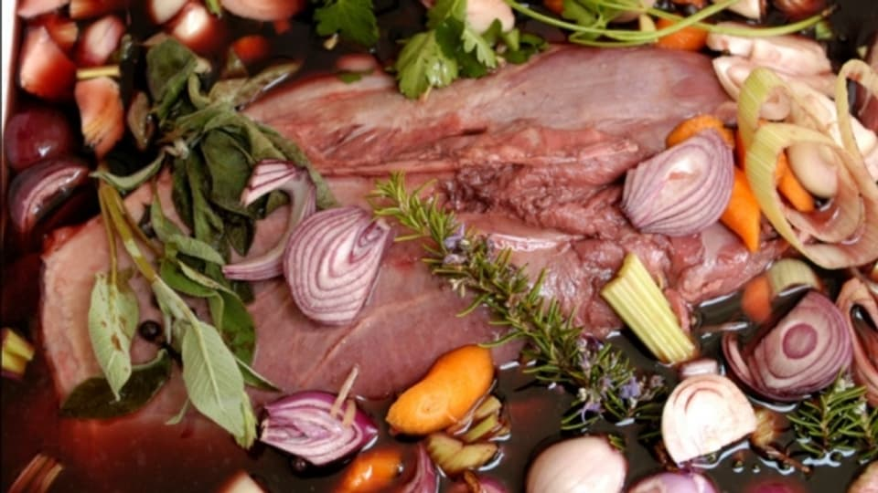 Vor dem Schmoren wird das Fleisch in Rotwein mariniert.
