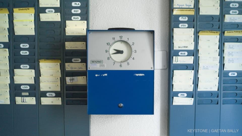 Die klassische Stempeluhr, Symbol der Arbeitszeiterfassung.