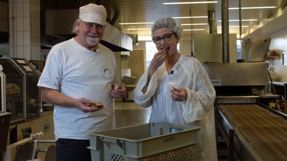 Der Einsiedler Bäcker Kari Oechslin und SRF 1-Foodredaktorin Maja Brunner probieren die frisch gebackenen Schafböcke.