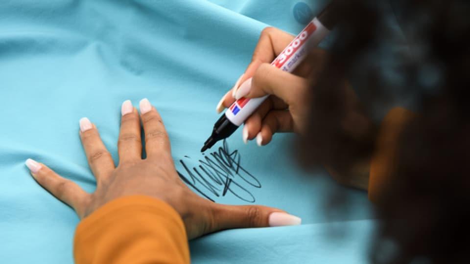 Die Sprinterin Mujinga Kambundji schreibt Autogramme anlässlich einer Ehrung