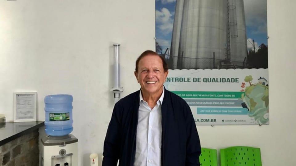 Hans Schneider verkauft Wasser aus seiner eigenen Quelle.