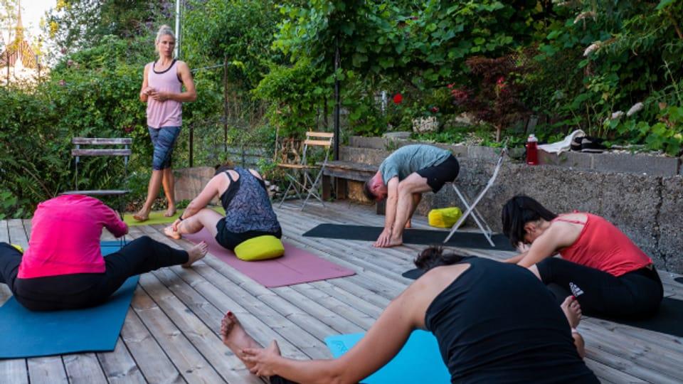 Nicht jede und jeder kann eine Yogaübung gleich ausführen, deshalb geht Yogalehrerin Ivana Egloff beim Viniyoga auf die verschiedenen Bedürfnisse ein.