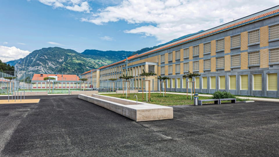 Schöne Aussicht inklusive: In Cazis GR steht seit diesem Jahr das modernste Gefängnis der Schweiz.