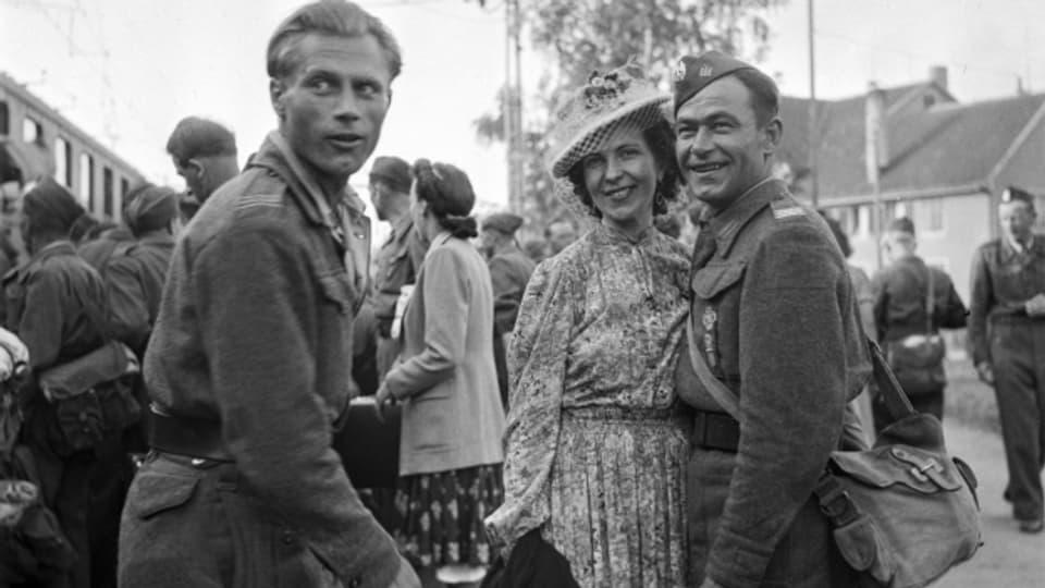 Schweizer Frauen verabschieden polnische Internierte, die nach Kriegsende das Land verlassen.