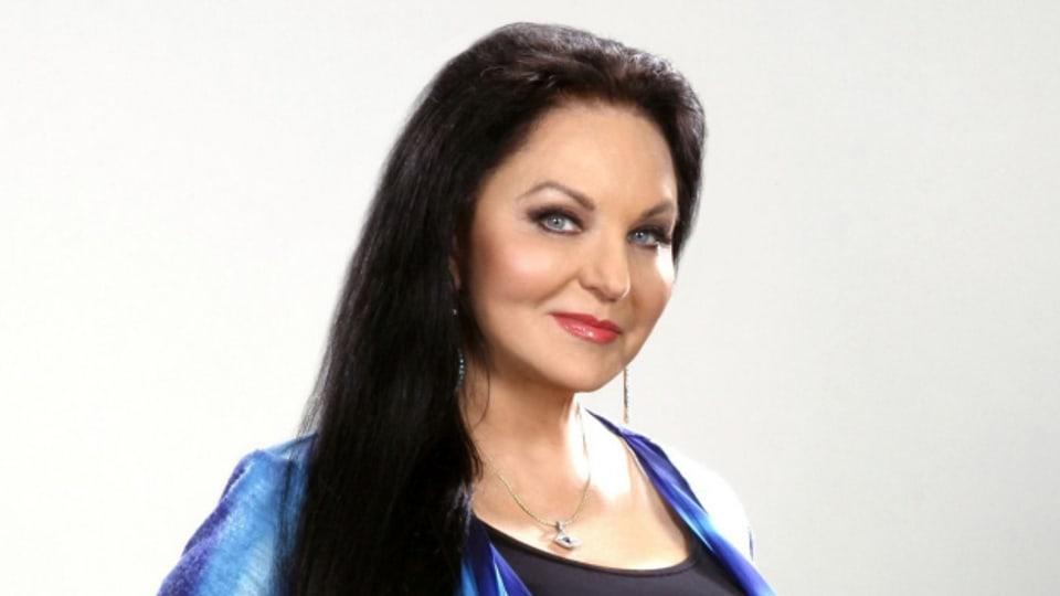 Das Markenzeichen von Crystal Gayle: stahlblaue Augen und knielange, schwarze Haare.