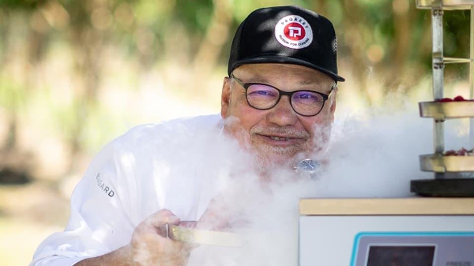 René Widmer kennt sich mit Küchengeräten aus. Er entwirft, plant und stattet Profiküchen aus.