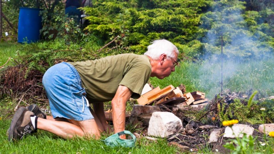 Vor allem im Freien ist man froh, wenn eine Anzündhilfe das Feuer zum brennen bringt.