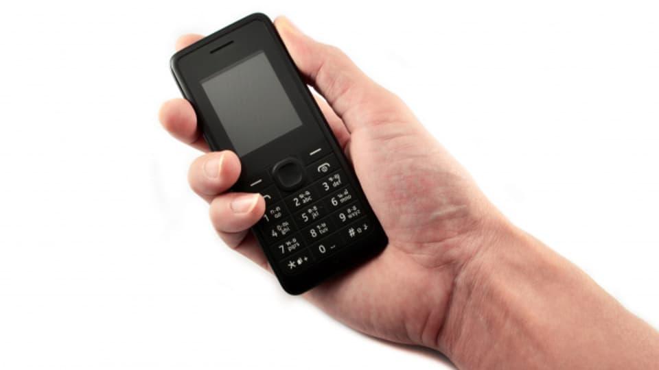 Wer modern sein will, hat kein «Delifon» oder «Natel», sondern ein «Handy». Allerdings bedeutet dieses Wort im Englischen etwas ganz anderes. Es ist ein Falscher Freund!