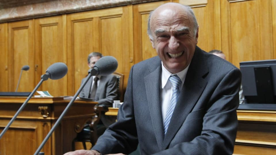 Bundesrat Hans-Rudolf Merz lacht bei der Beantwortung einer Frage über Bündnerfleisch waehrend der Fragestunde im Nationalrat, am Montag, 20. September 2010