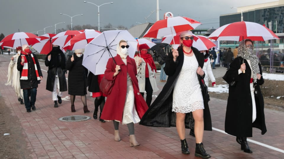 Frauen gehen in Minsk auf die Strasse