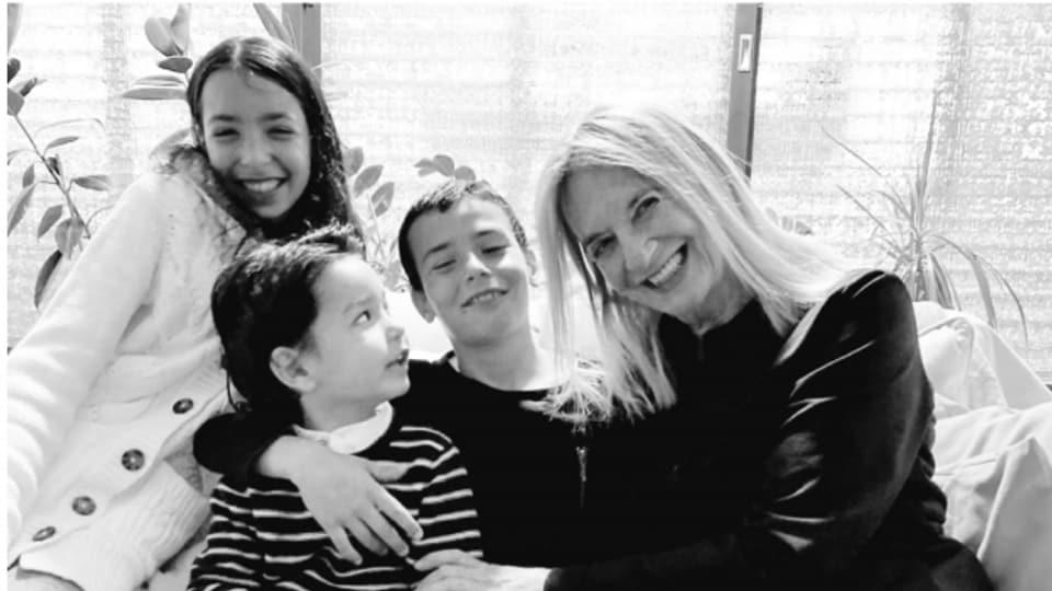 Susy Wyler mit ihren Enkelkindern Sol, Elisha und Leon.