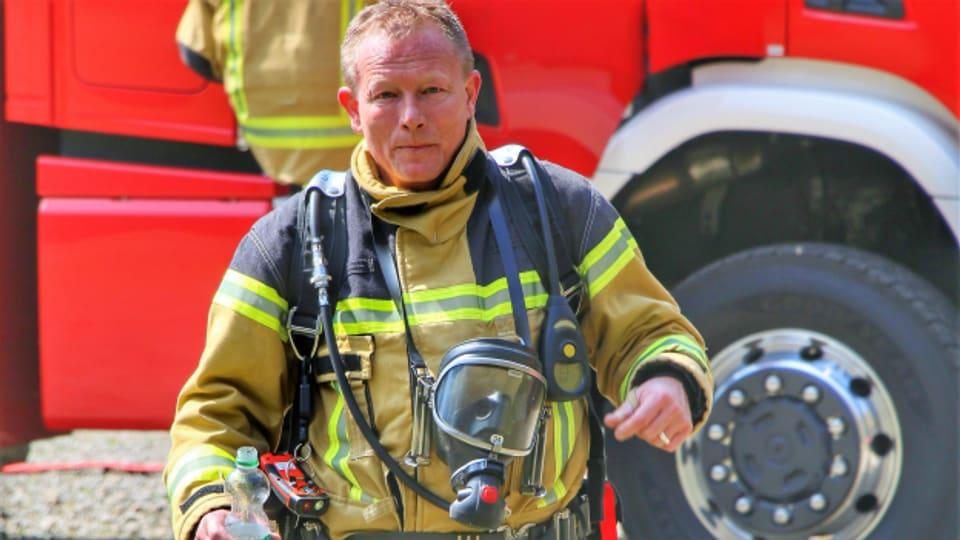 Auch «Feuerwehrmann» Henä liefert einen Song zum Thema «Tag der Arbeit»