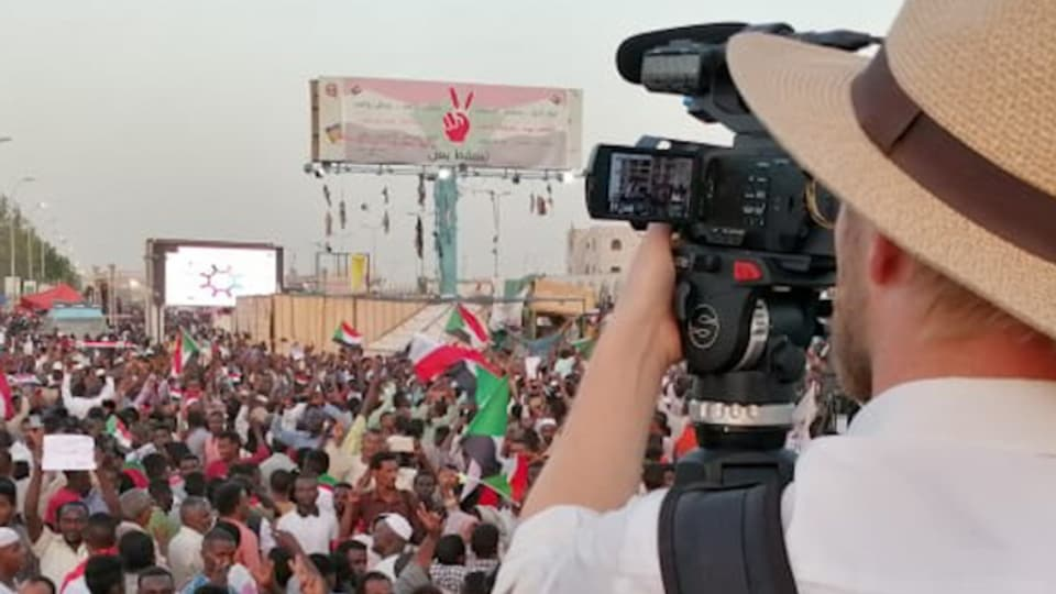 SRF Korrespondent Samuel Burri filmt den Aufstand in Khartum, Sudan.