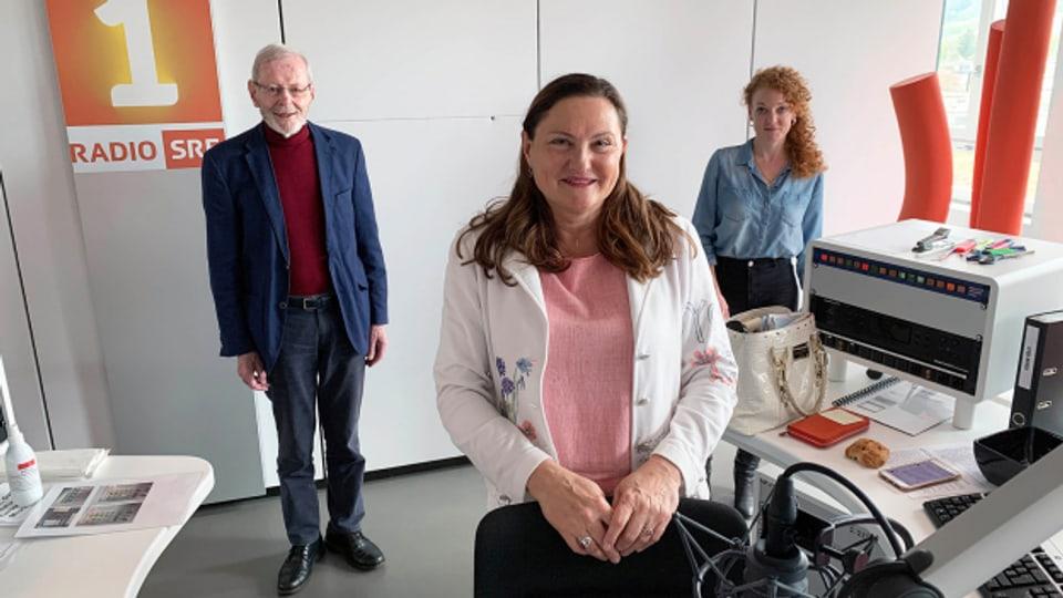Gastgeberin Heidi Ungerer (Mitte) mit Niklaus Brantschen und Yvonne Eisenring.