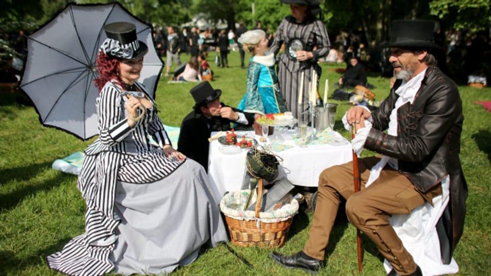 Raus in die Natur; Adelige kamen auf den Genuss des Picknicks.