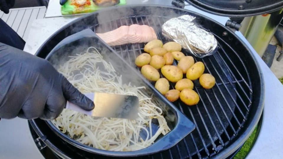 Verschiedene Zutaten auf dem Grill.