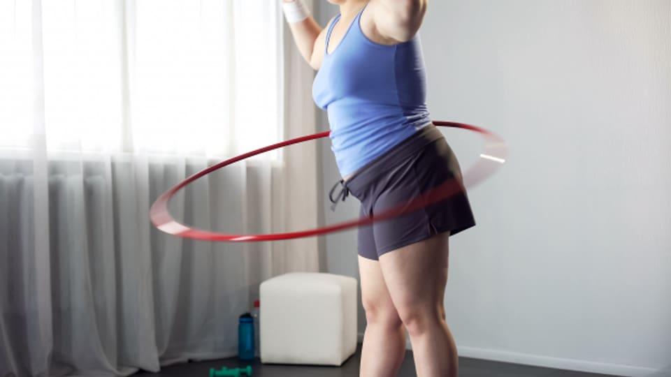 Hula Hoop fordert die Muskulatur und die Koordination.