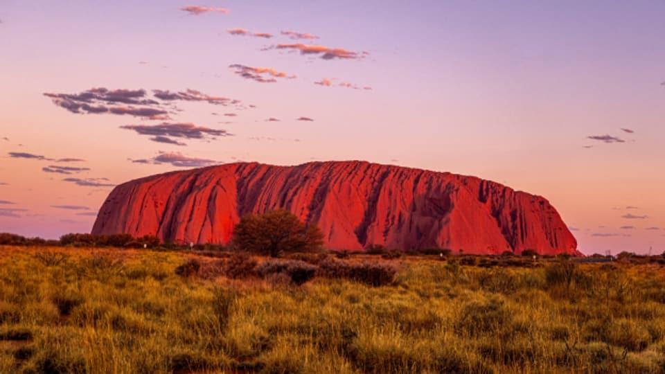 Der Berg Uluru, früher Ayers Rock. Heute wieder heiliger Berg der Aborigines. Früher Touristenkletterberg.