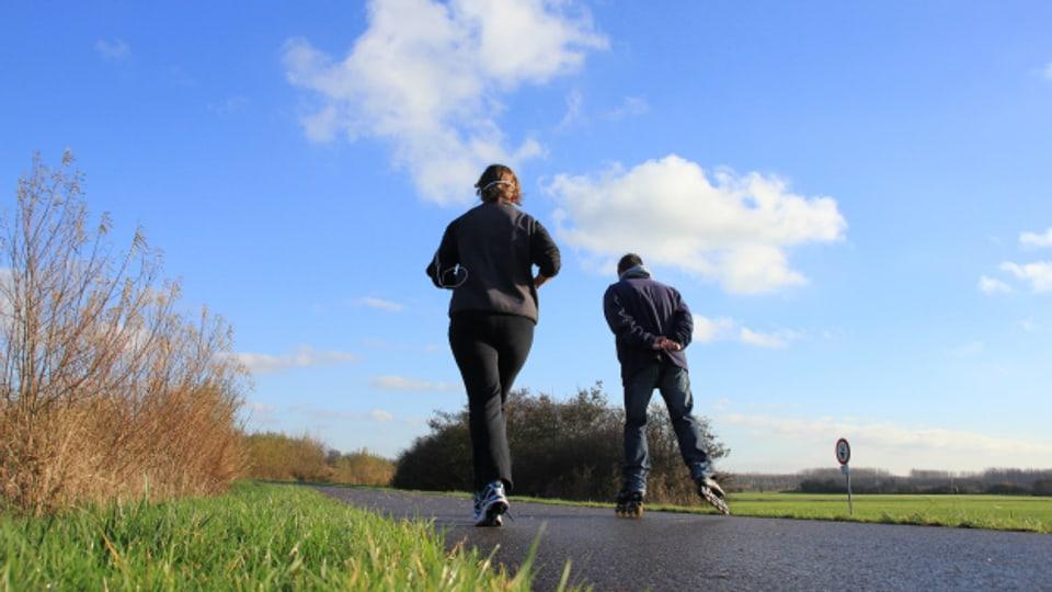 Mit Inlineskates kann man auch Jogger begleiten. Oder umgekehrt.