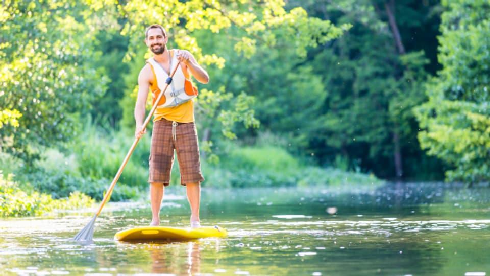 Beim Paddeln Schwimmweste tragen und auf dem Fluss das Brett nicht am Fussgelenk anbinden.