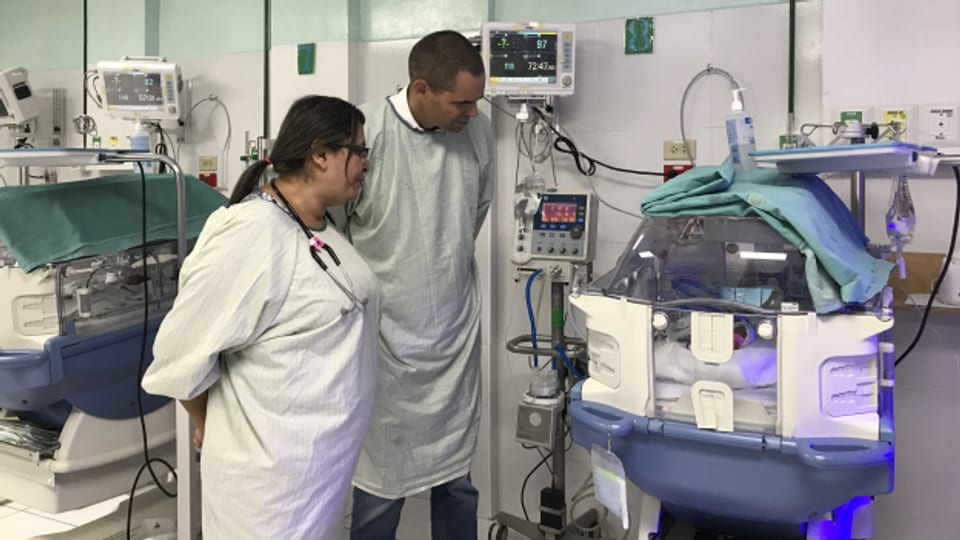 Beat Schmid in der Neonatologieabteilung im Regionalspital Santa Ana in El Salvador .