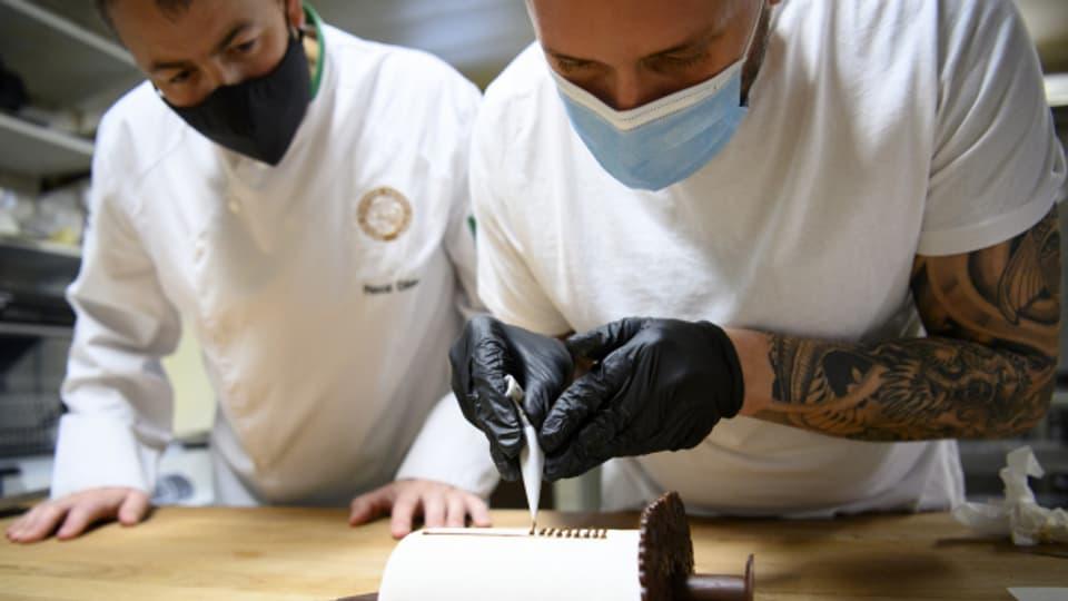 In einer Bäckerei wird mit Masken gearbeitet