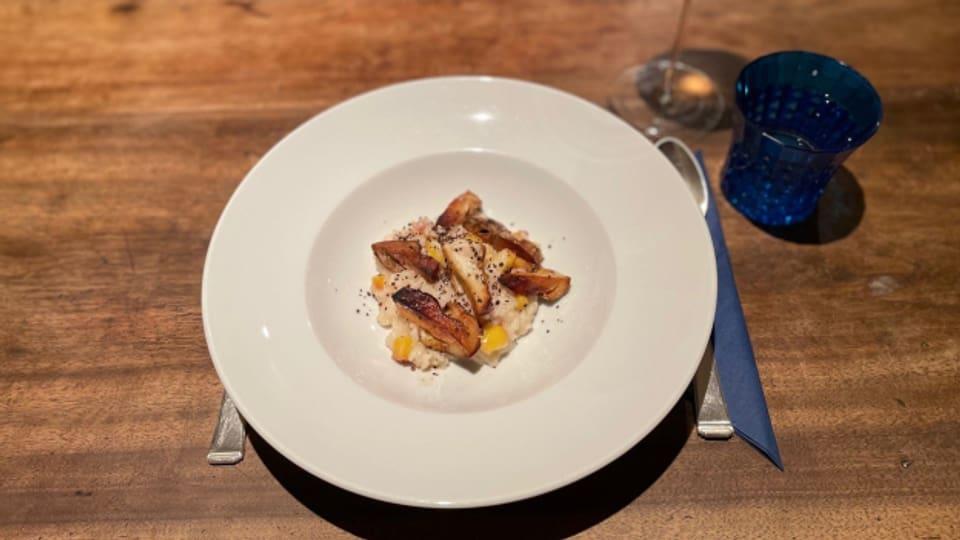 Pfirsich-Risotto mit frischen, gebratenen Steinpilzen.