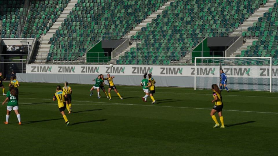 Ein Szene aus dem Spiel des FC St. Gallen-Staad gegen die YB Frauen im Kybunpark.