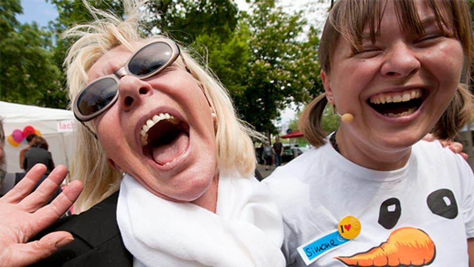 Selten so gelacht: Zwei Teilnehmerinnen einer Lachparade.
