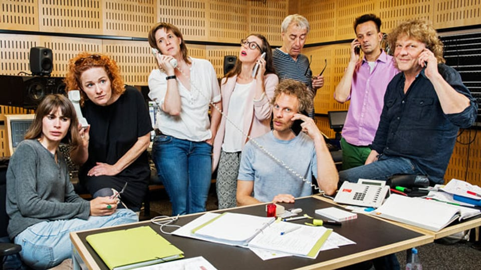 Das Hörspielteam zeigt, wie's geht: Am Telefon die Geschichte steuern. Bei «Operation Data Saugus Rex» entscheidet das Publikum.