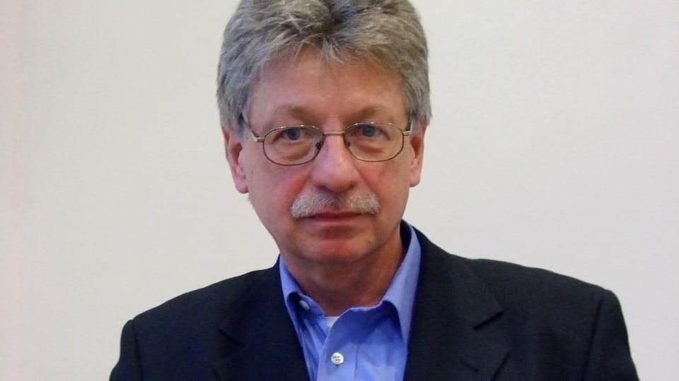 Der Autor Reinhard Jirgl für seinem neuen Roman «Oben das Feuer, unten der Berg» eine eigene Rechtschreibung, einen eigenen Satzbau und eine eigene literarische Form entwickelt.