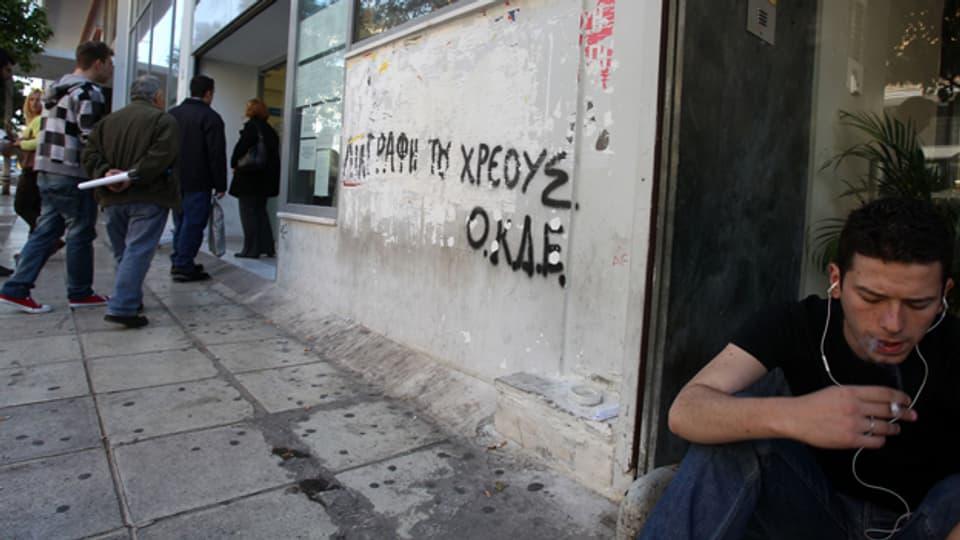 Jugendlicher vor dem Arbeitsamt in Athen.
