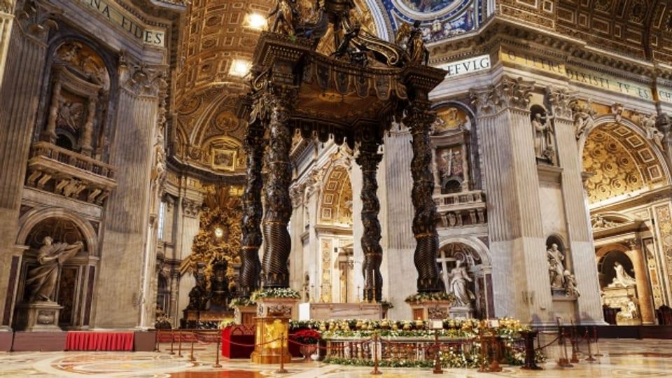 Das Innere des Petersdom in Rom strotzt nur so von Prunk.
