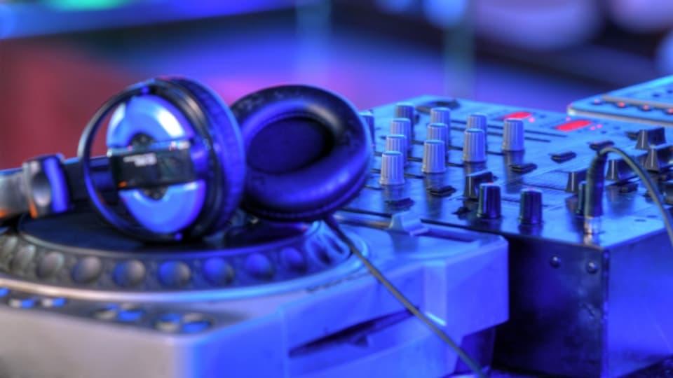 DJ-Mischpult mit Kopfhörern