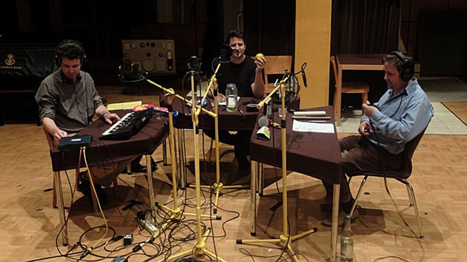 Radio Alpin - Achim Parterre, Matto Kämpf und Rolf Hermann im Hörspielstudio