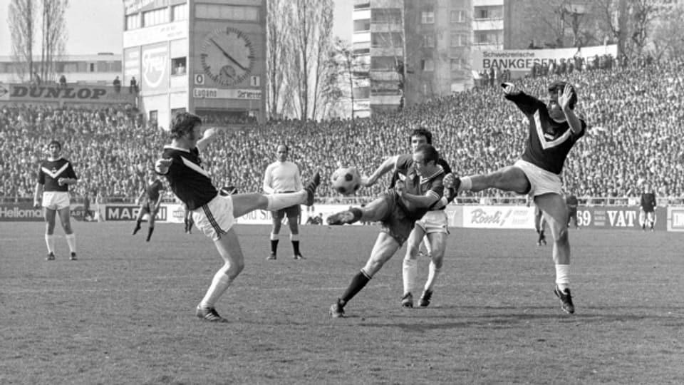 Ein Servettiens kommt trotz Gegenwehr von zwei Lugano-Verteidigern zum Schuss. Servette gewinnt den Cupfinal gegen den FC Lugano mit 2 zu 0 Toren, aufgenommen am 12. April 1971 im Wankdorf-Stadion..