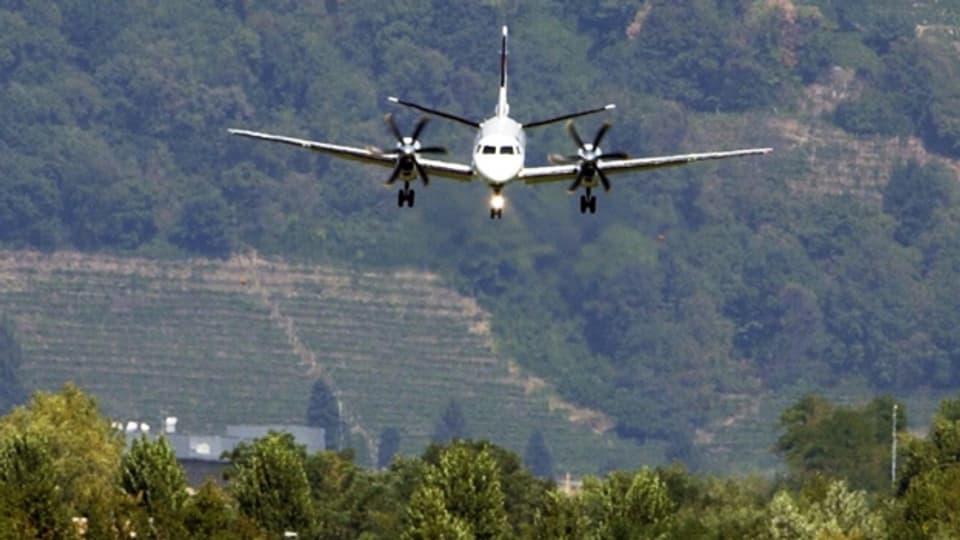 Symbolbild: Ein Flugzeug im Landeanflug auf den Flughafen Agno.