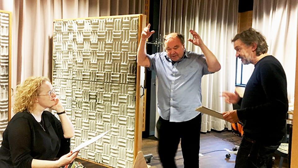 Fabienne Hadorn, Kamil Krejci und Adrian Furrer im Hörspielstudio.