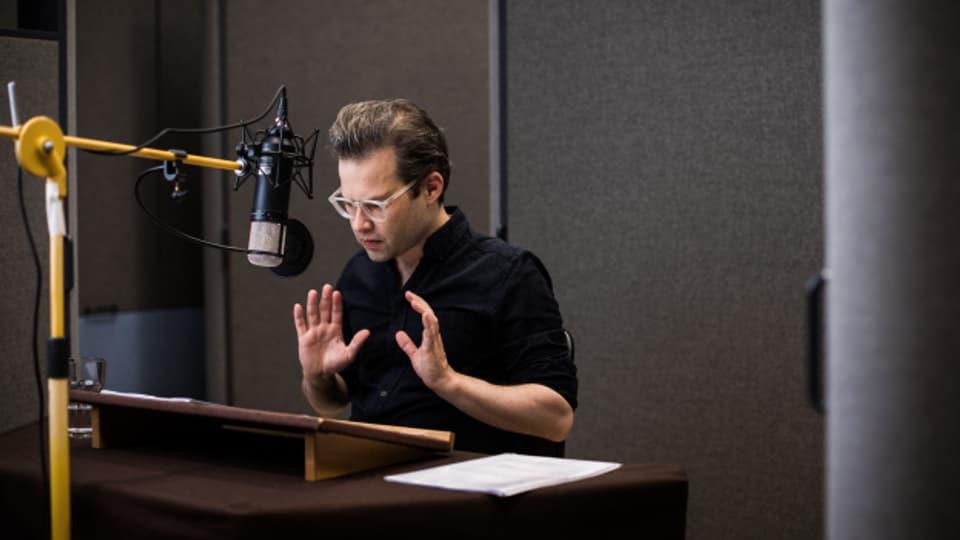 Michael von Burg im Studio von SRF Hörspiel.