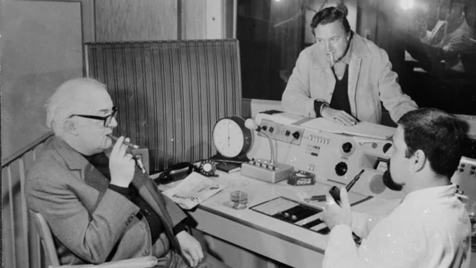 Friedrich Dürrenmatt während der Aufnahmen von «Das Unternehmen der Wega», zusammen mit Hans Hausmann und Ernst Neukomm.