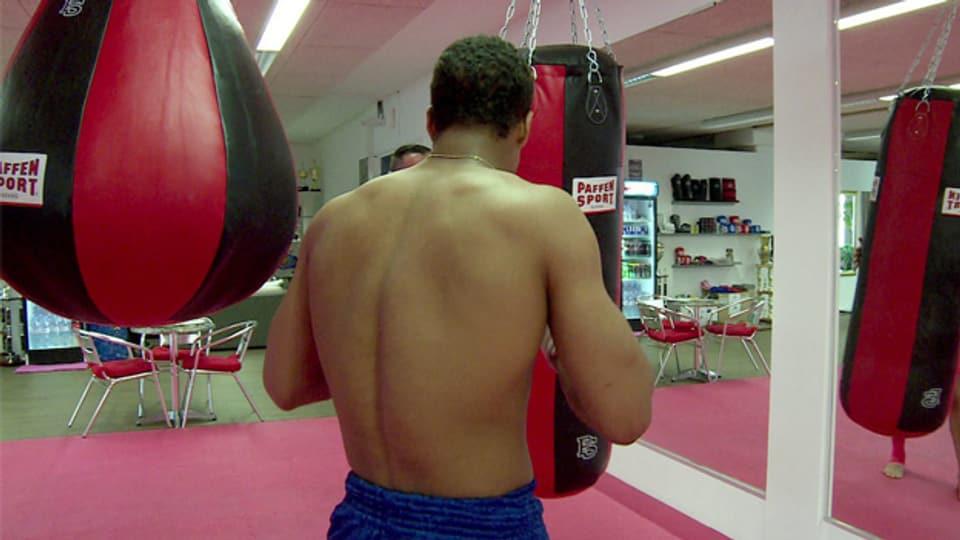 Der 17-jährige Carlos beim Kampfsporttraining in Reinach, BL