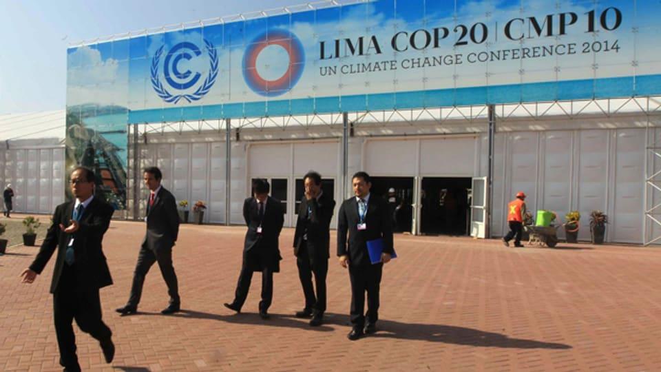 Teilnehmer vor dem Haupteingang der 20. «UN Climate Change Conference 2014» (COP20) in Lima, Peru.