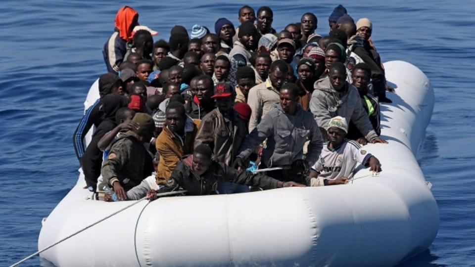 Gerettete Flüchtlinge auf einem Schiff der italienischen Küstenwache.