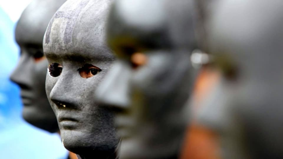 Weltweit aktiv: schwarzmaskierte Greenpeace-Aktivisten protestieren in Indonesien gegen Kohlekraft.
