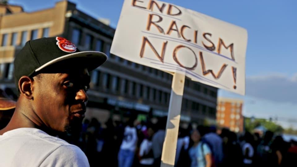 Nirgends schlägt die Polizei so brutal gegen Schwarze zu, wie in den USA.