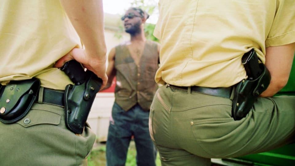 Wer eine dunkle Haut hat, riskiert, immer wieder von der Polizei kontrolliert zu werden - Racial Profiling nennt sich diese Praxis.