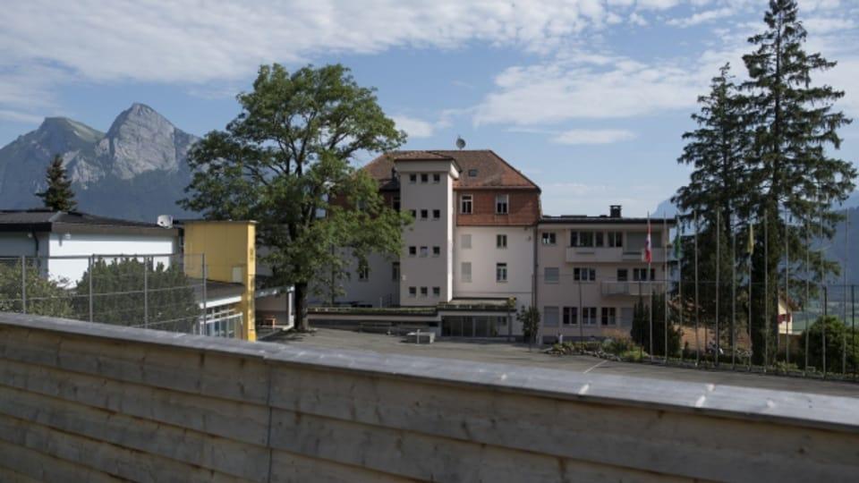 Hinter einer Sichtschutzwand: Das Asylzentrum Sonnenberg.