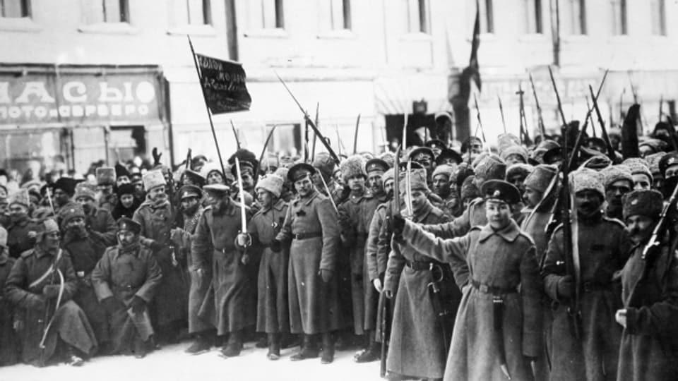 Demonstration von Soldaten gegen die Monarchie anlässlich der Februarrevolution 1917 in Petrograd (Sankt Petersburg).