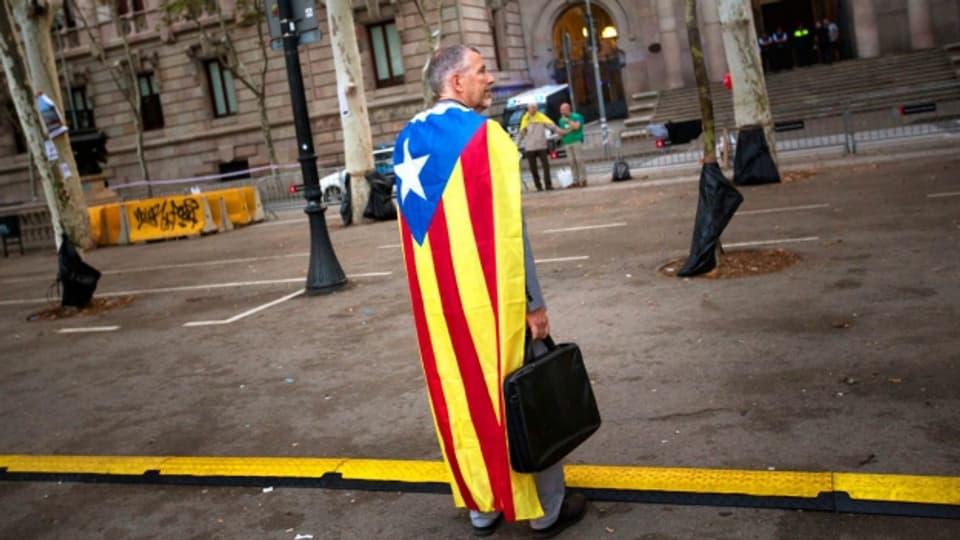 Ein Mann bekennt Flagge zu Katalonien.